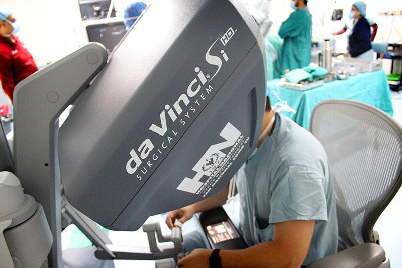 Plataforma robótica da Vinci SI del Hospital Nacional